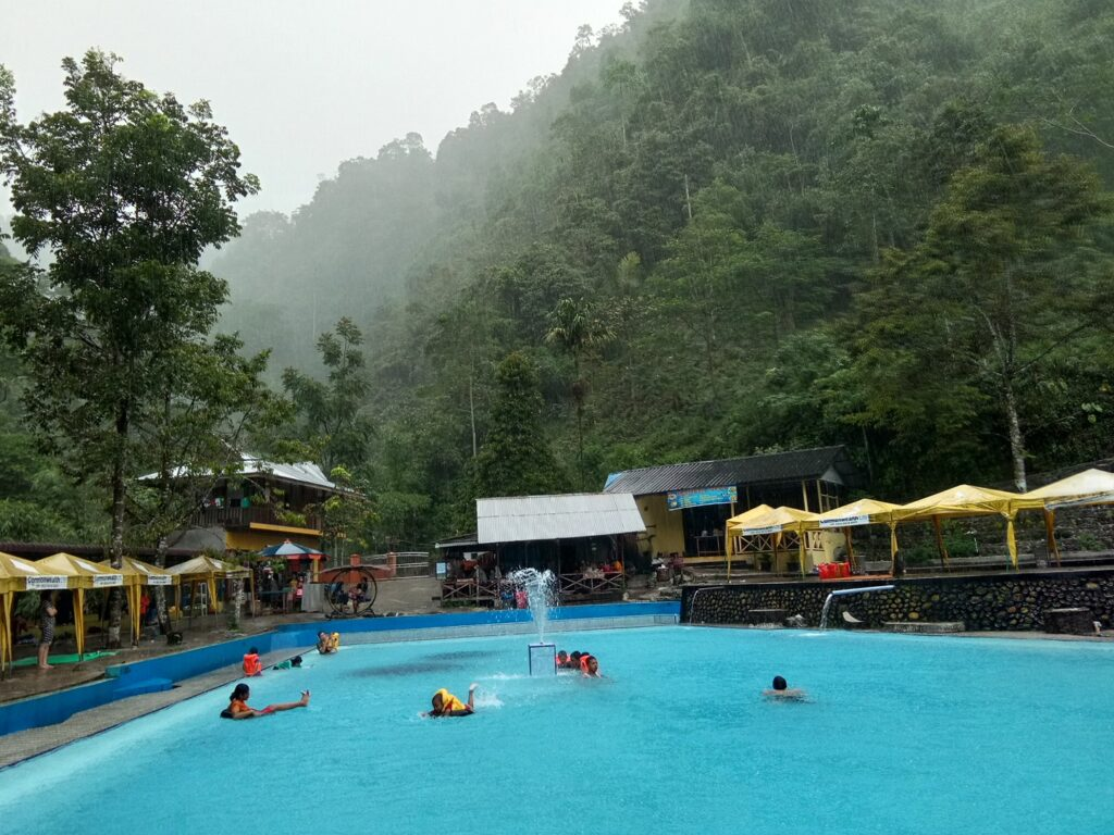 Berenang di kolam renang Lau Kulap Langkat Sumatera Utara - Haris Abuazka