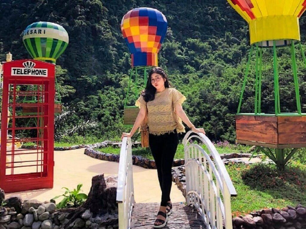 Berfose dengan latar spot foto balon udara di Lau Kulap Langkat Sumatera Utara - ainunmardyah469