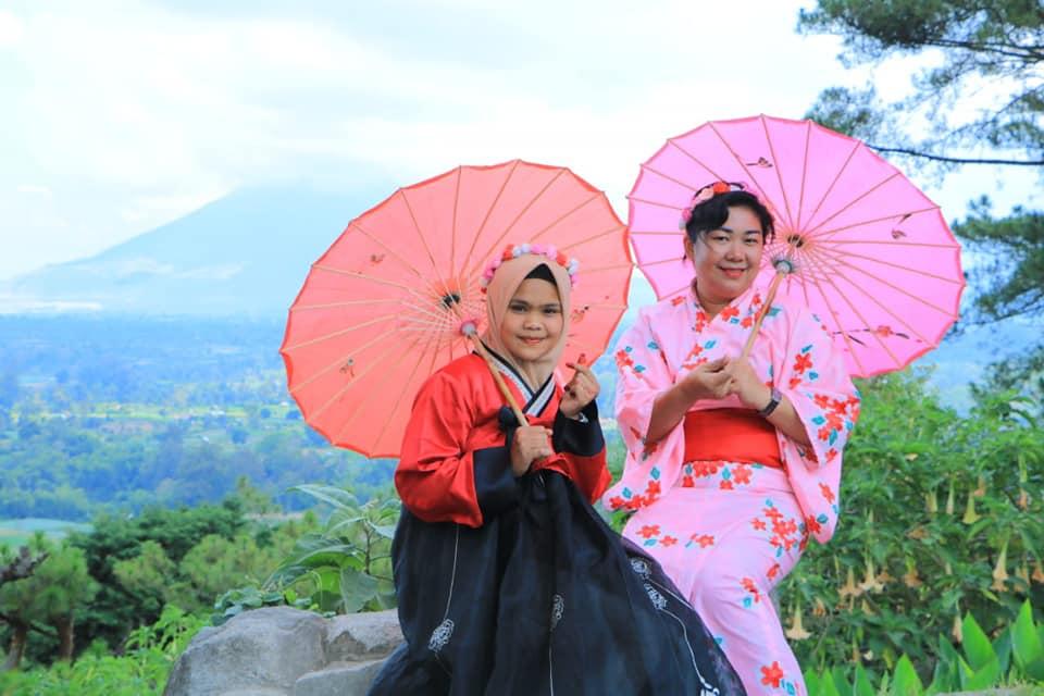 Terdapat penyewaan kostum tradisional Jepang dan Korea Selatan sebagai pelengkap berfoto pengunjung