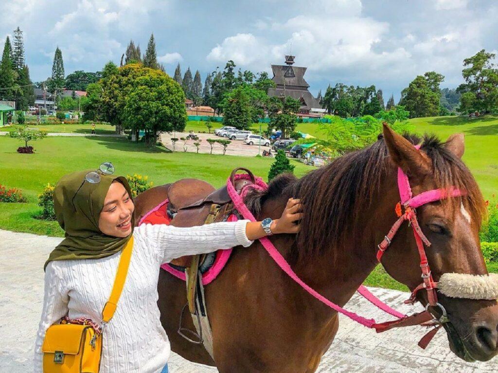 wahana berkuda untuk berkeliling area sekitar taman