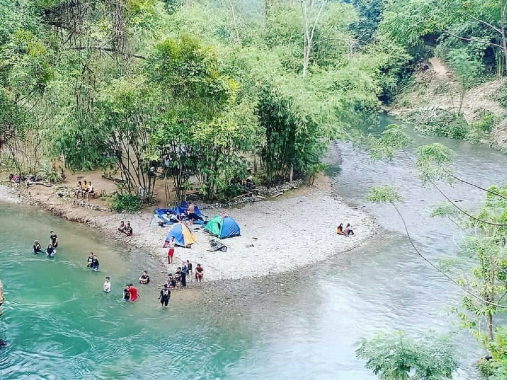 Berkemah di tepian sungai area Landak River Langkat Sumatera Utara - travelmatesiantar