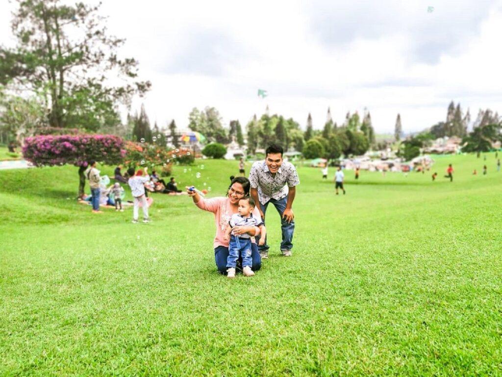 Bermain bersama anak-anak di Bukit Kubu Berastagi Karo Sumatera Utara - adeliaketaren