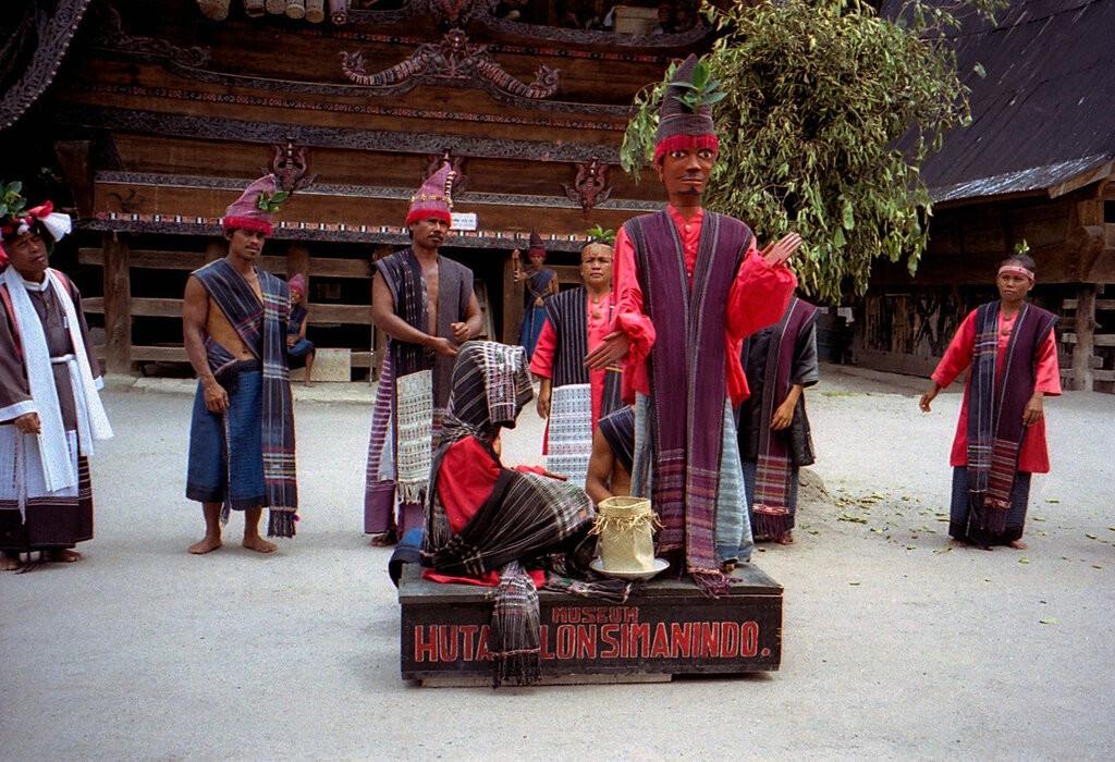 Boneka Sigale Gale dengan baju adat Batak Toba