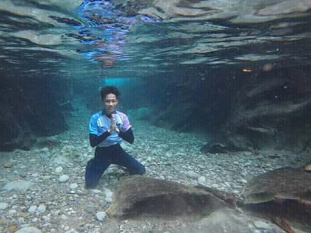 Foto bawah air Kolam yang sangat jernih