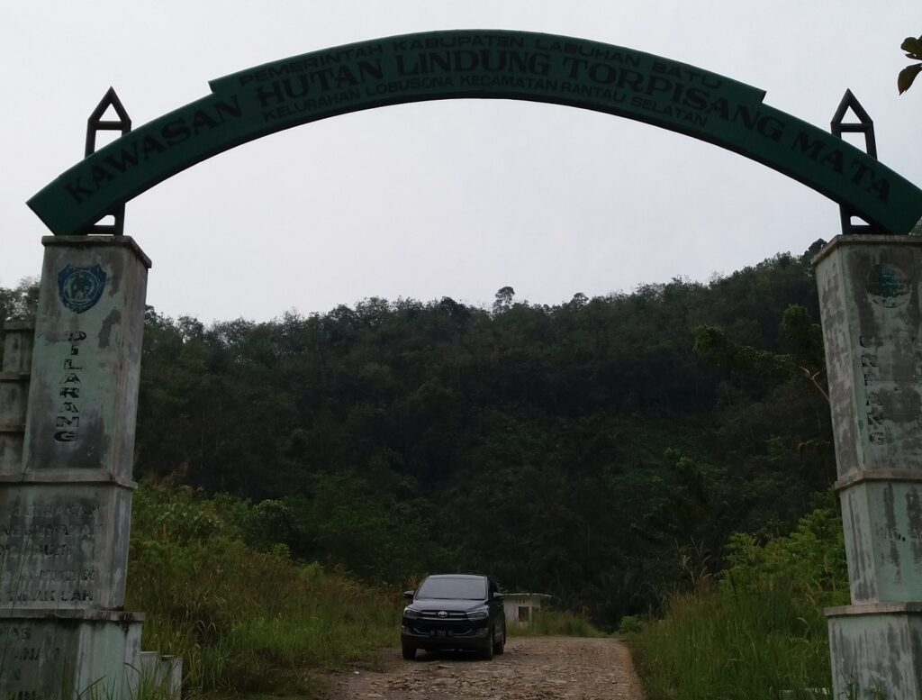 Gerbang masuk kawasan hutan lindung menuju Air Terjun Linggahara Labuhan Batu Sumatera Utara - Yuga Tri Ananda