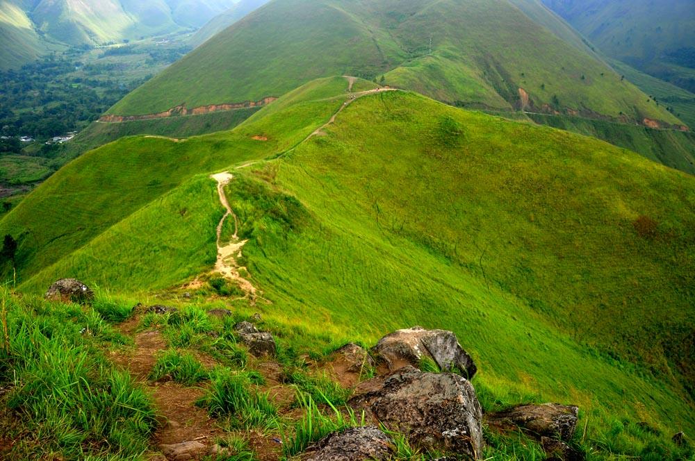 Jalur pendakian menuju Puncak Bukti Holbung yang dapat dilalui pengunjung