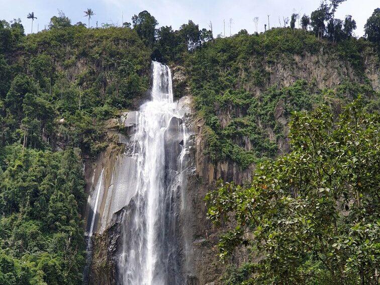 keindahan air terjun yang jatuh dari bukit di ketinggian
