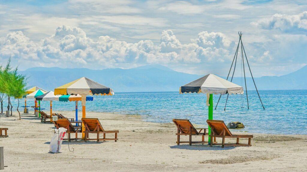 Pengunjung dapat bersantai di kursi pantai yang telah disediakan oleh pengelola