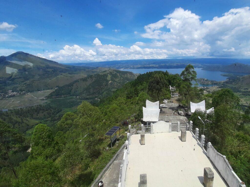 Melihat Danau Toba dari puncak Menara Pandang Tele