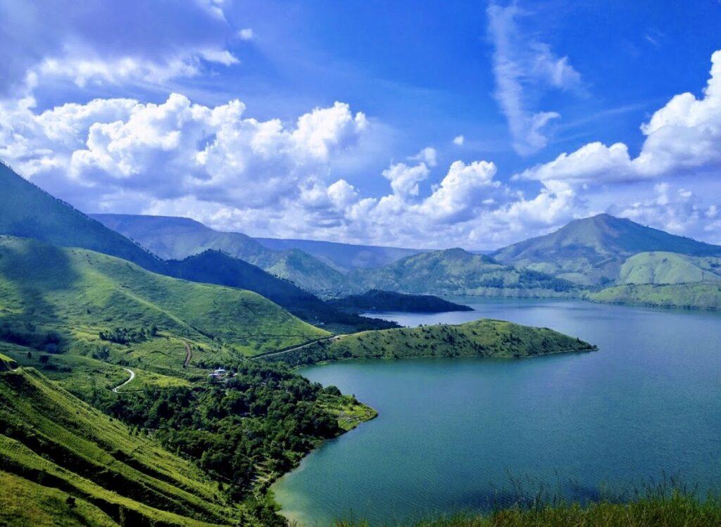 Melihat keindahan Danau Toba dan sekitarnya dari Puncak Holbung