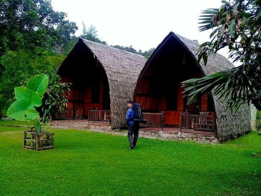 Menginap di cottage etnik sekitar kawasan wisata