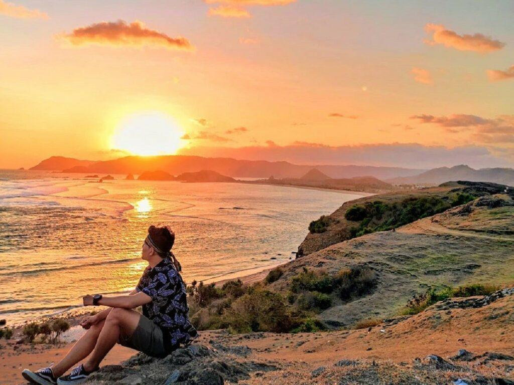 Sunset keemasan di bukit merese