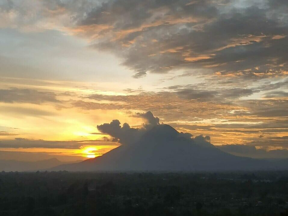 Menyaksikan Panorama Matahari Terbenam dari Bukit Gundaling