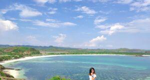 Panorama gradasi warna laut dan jajaran perbukitan dari puncak Bukit Merese Lombok Tengah Nusa Tenggara Barat - an_nshacil