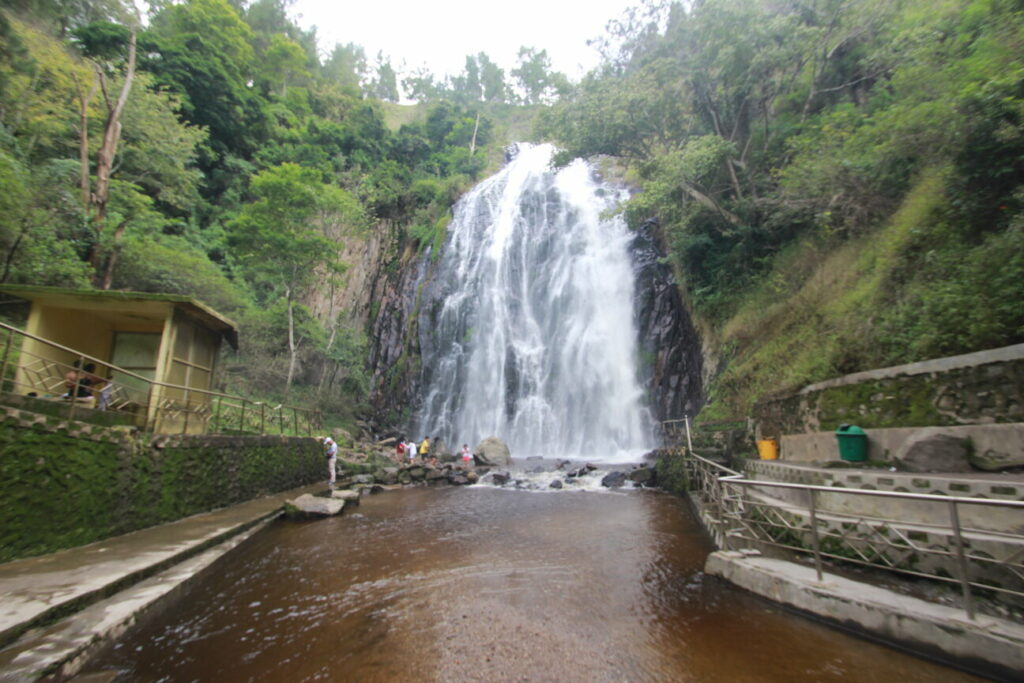 pengunjung bisa berenang dan bermain air di air terjun ini
