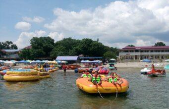 Pengunjung tengah bermain ufo boat di Pantai Pasir Putih Parbaba
