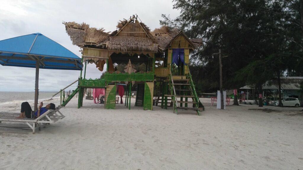 Keunikan Pantai Cemara Kembar yakni Rumah Adat Melayu dari bambu