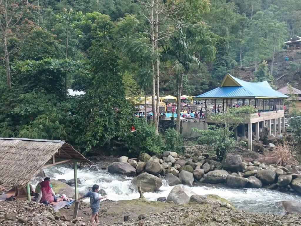 Sungai di depan pintu masuk taman rekreasi