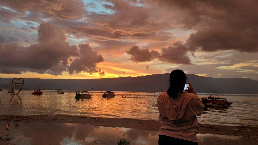sunset di tepi pantai danau toba