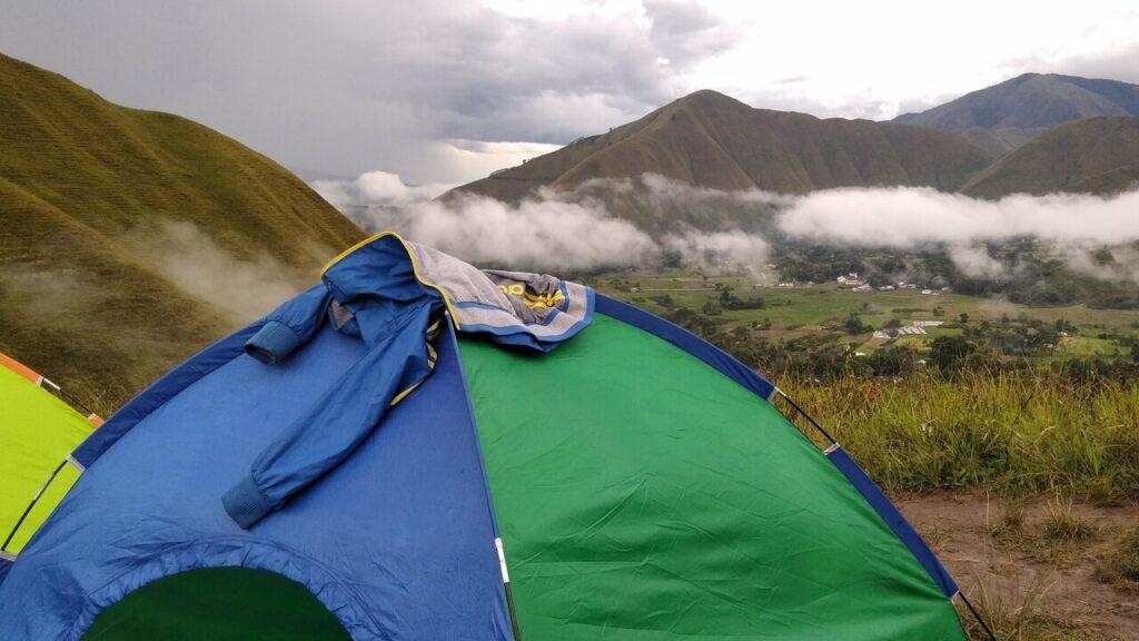 Tenda-tenda pengunjung yang sedang berkemah di bukit