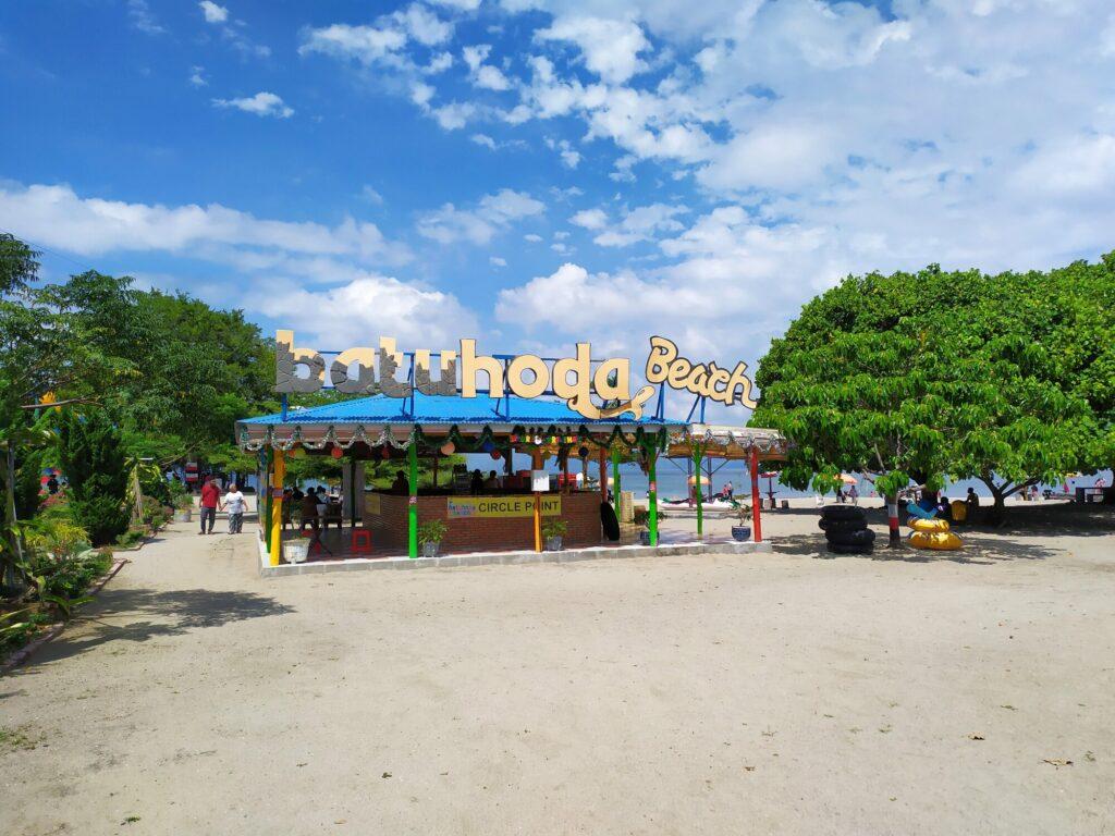 Titik Temu serta tempat penyewaan pelampung di Pantai Batu Hoda