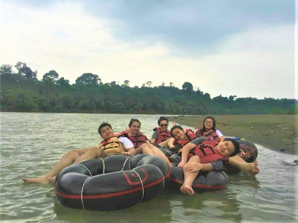 Tubbing di sungai yang mengalir di kawasan ekowisata