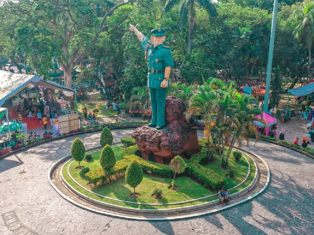 Tugu Ahmad Yani merupakan monumen ikonik di tengah Taman Ahmad Yani Medan