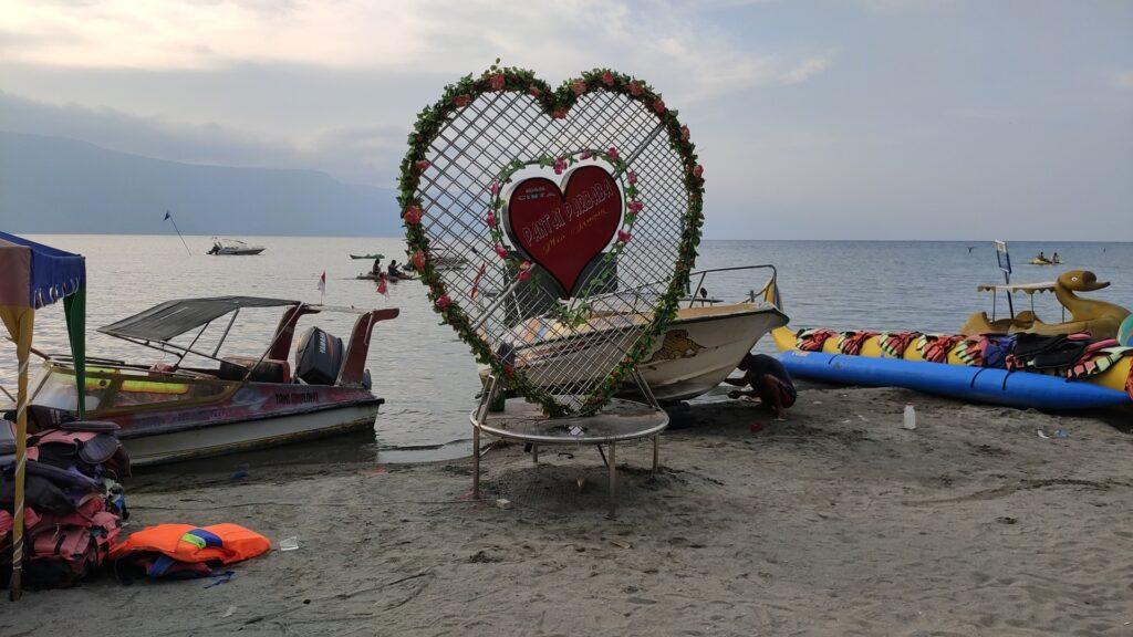 Tugu Pantai Pasir Putih Parbaba, spot foto favorite pengunjung