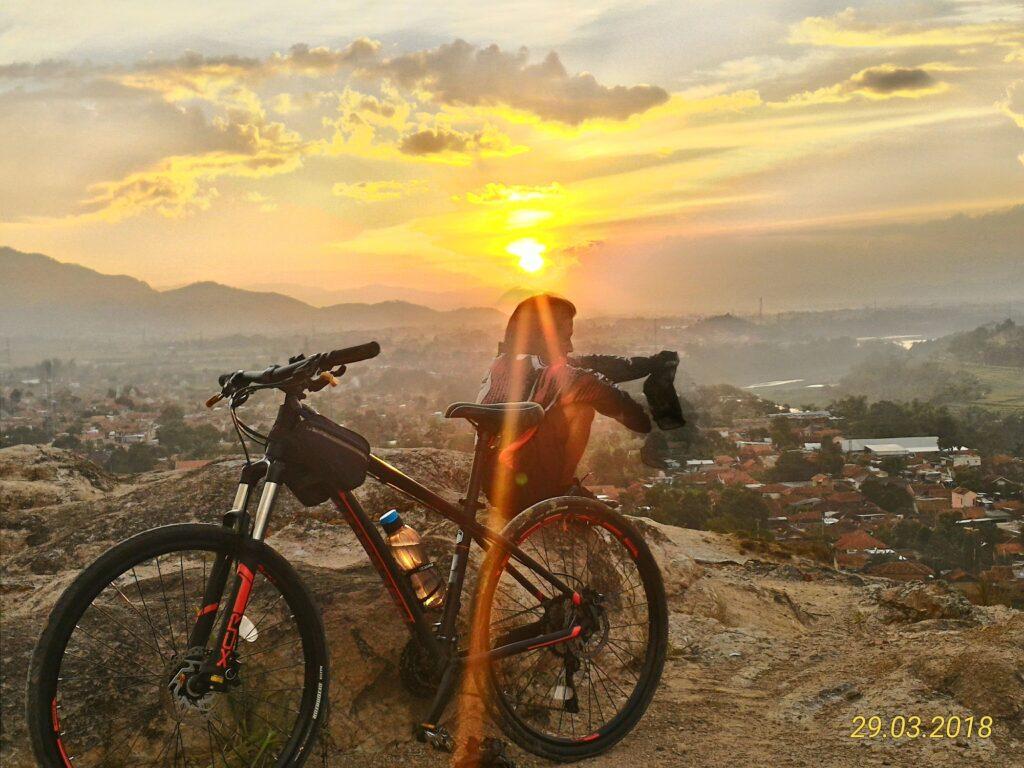 Wisatawan Bersepeda di Curug Jompong