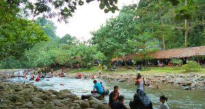 aliran sungai dipenuhi bebatuan alam