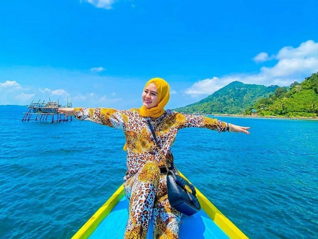 Naik perahu menuju Pulau Lemukutan Bengkayang Kalimantan Barat - hevi_putri