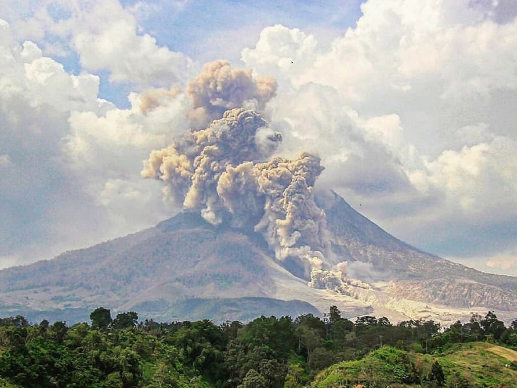 Pesona muntahan abu vulkanik Gunung Sinabung Karo Sumatera Utara - roel.gabe