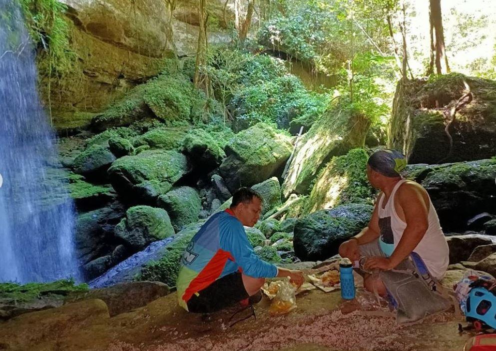 Tempat beristirahat di gua belakang air terjun