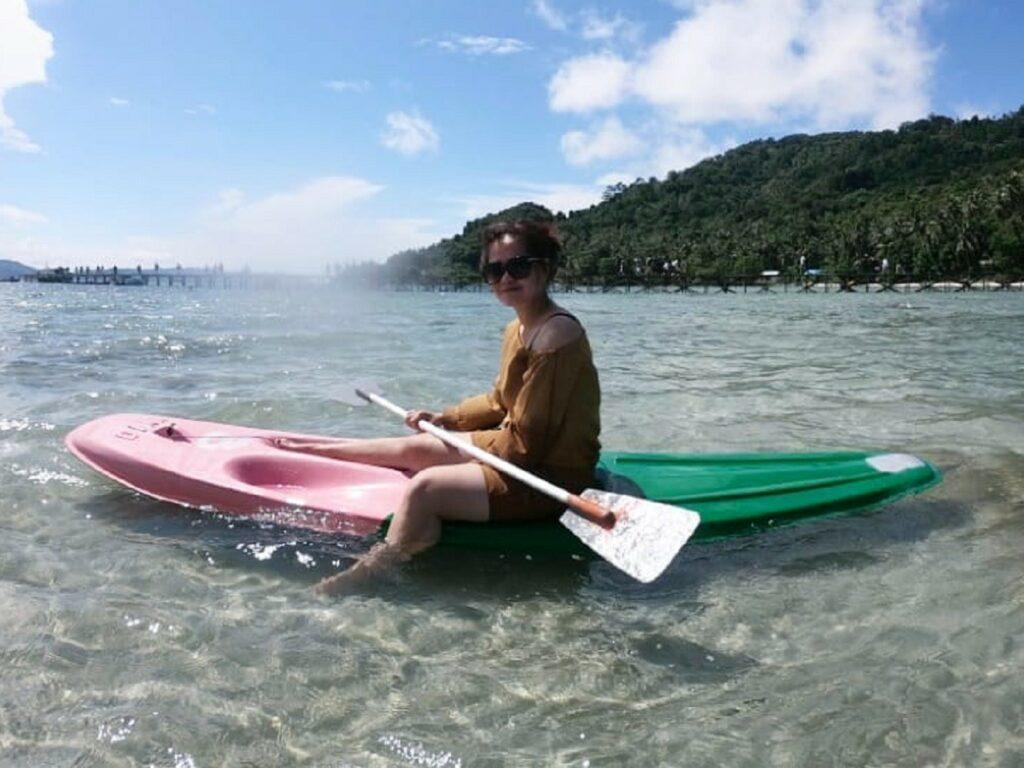Bermain kano mengelilingi perairan sekitar Pulau
