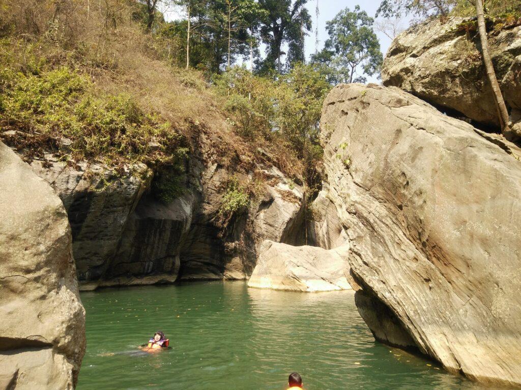Berenang Seru di Danau yang Menyegarkan