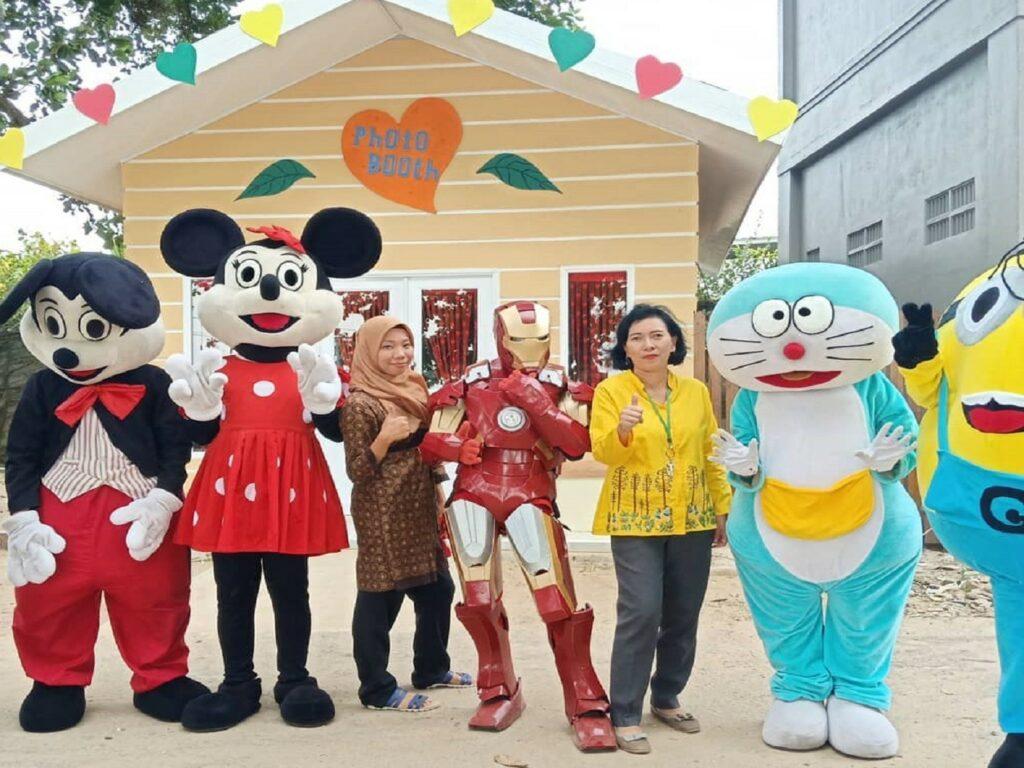 Berfoto bersama superhero dan tokoh kartu favorit di Mimi Land Singkawang Bengkayang Kalimantan Barat - kartiyasih