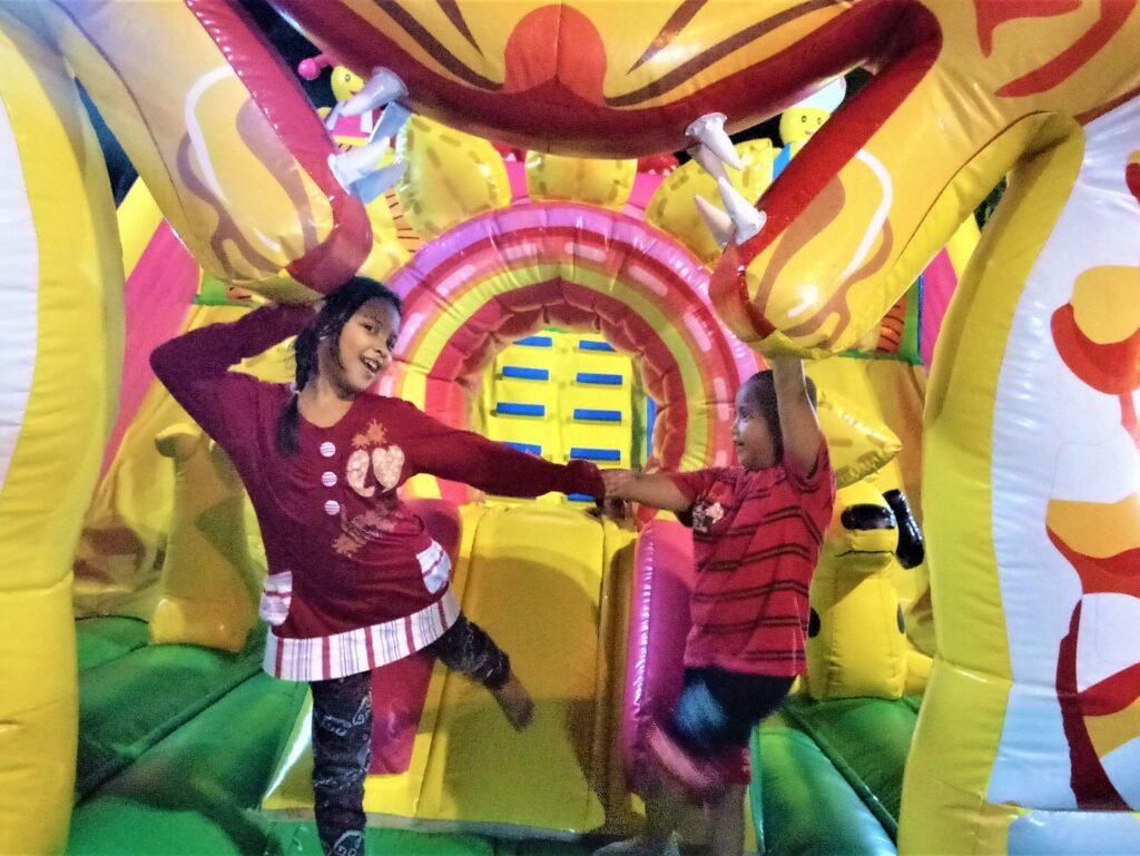 Bermain di istana balon