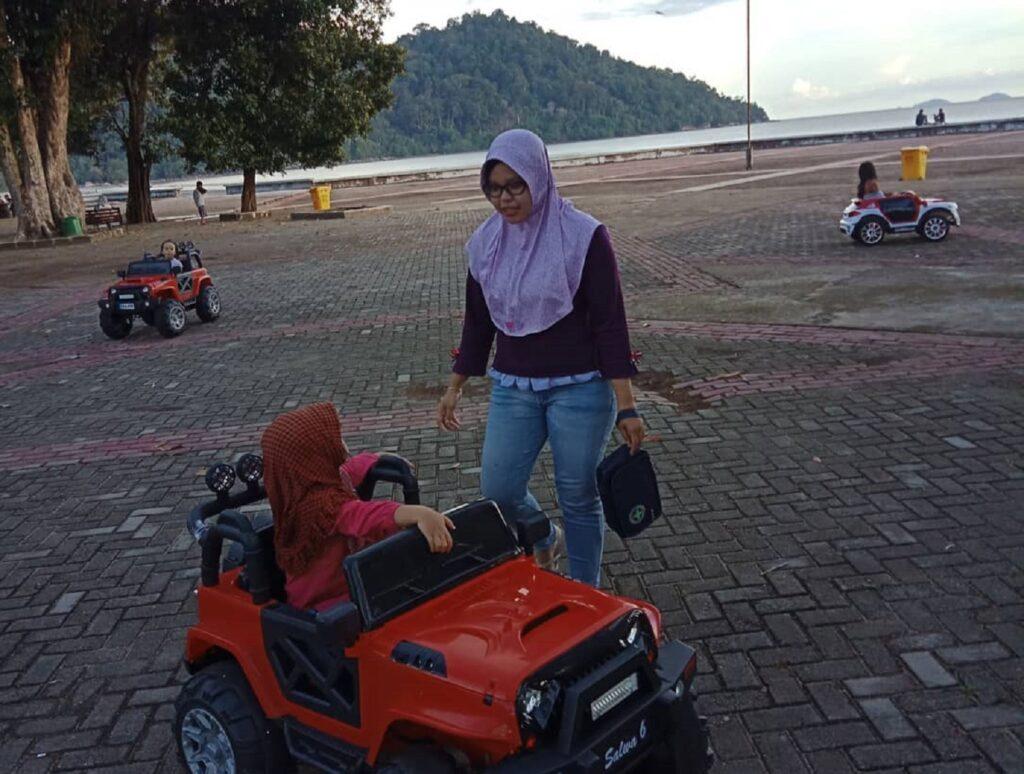 Bermain mobil-mobilan di Pantai Pulau Datok Kayong Utara Kalimantan Barat - riza.umami_