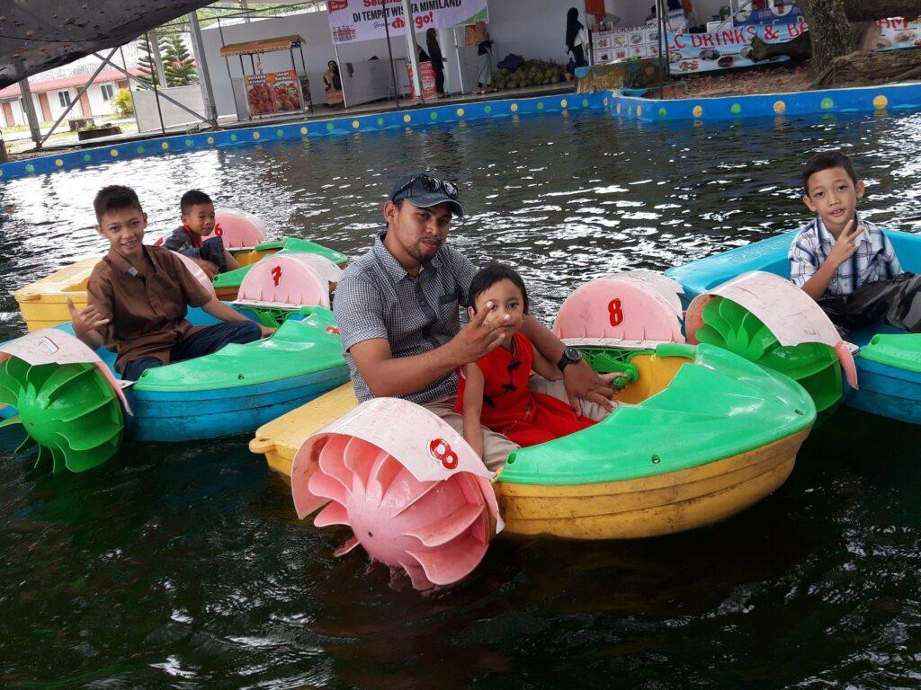 Bermain perahu di kolam Mimi Land Singkawang Bengkayang Kalimantan Barat - bang zavy