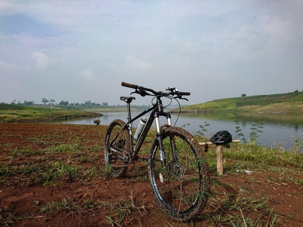 Bersepeda jadi salah satu Alternatif Menikmati Waduk Saguling