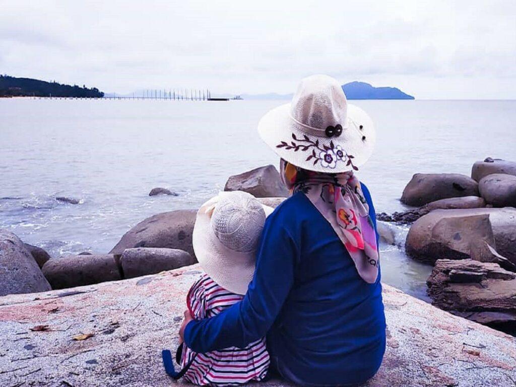 wisatawan menikmati keindahan panorama pantai samudra bengkayang