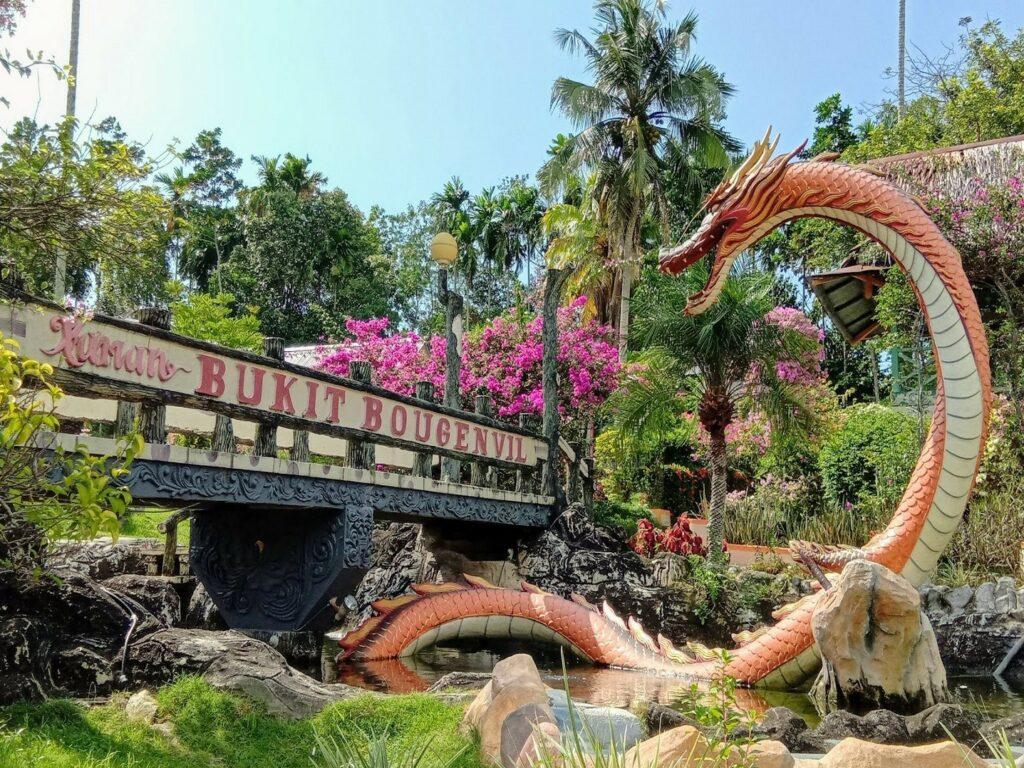 Jembatan dengan patung naga ikon taman