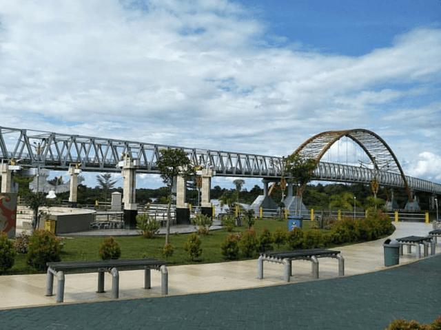 Jembatan Kahayan di atas Sungai Kahayan tak jauh dari Taman Pasuk Kameluh