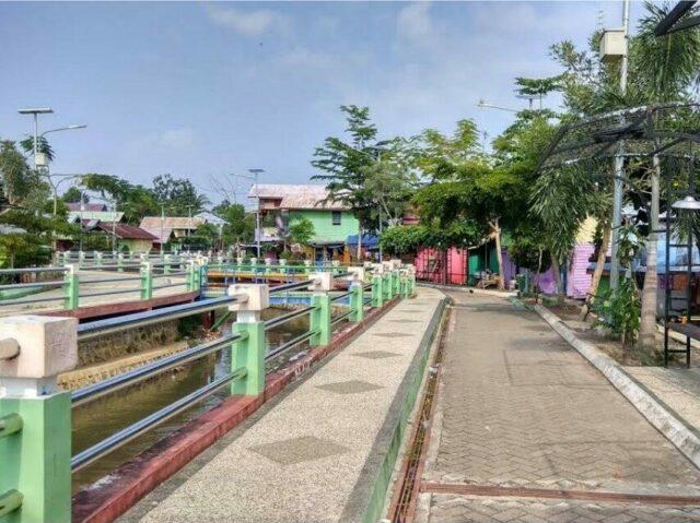 Jogging track, pedestrian, dan bangku taman di tepi sungai