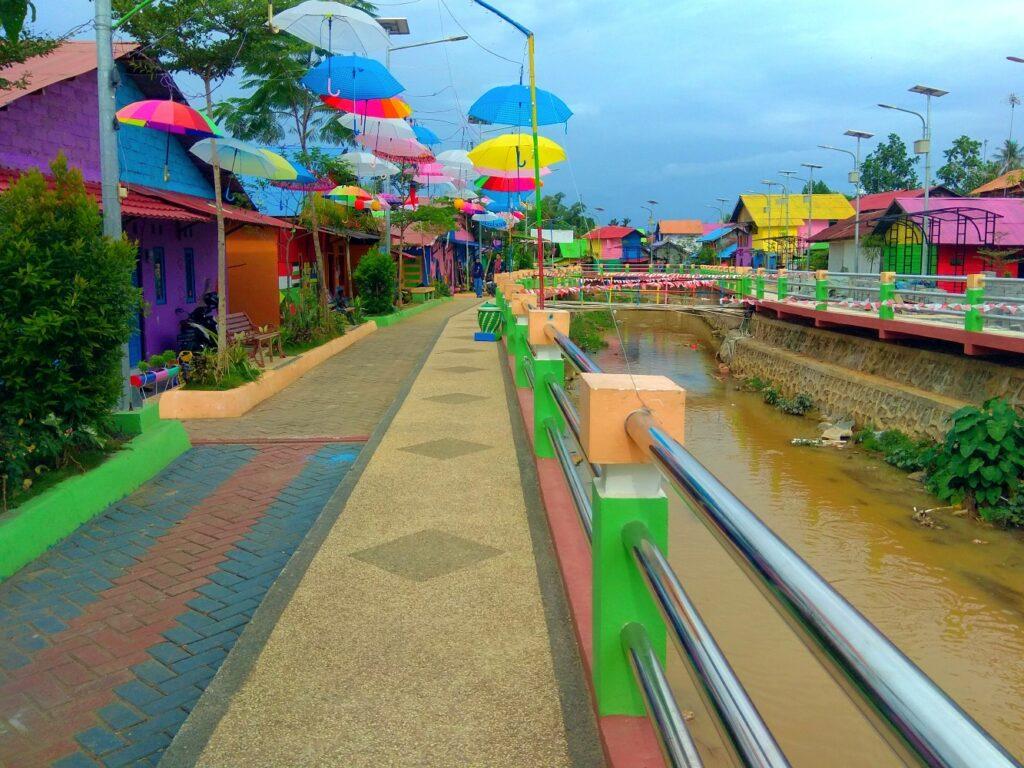 ornamen warna-warni mempercantik kawasan kampung pelangi
