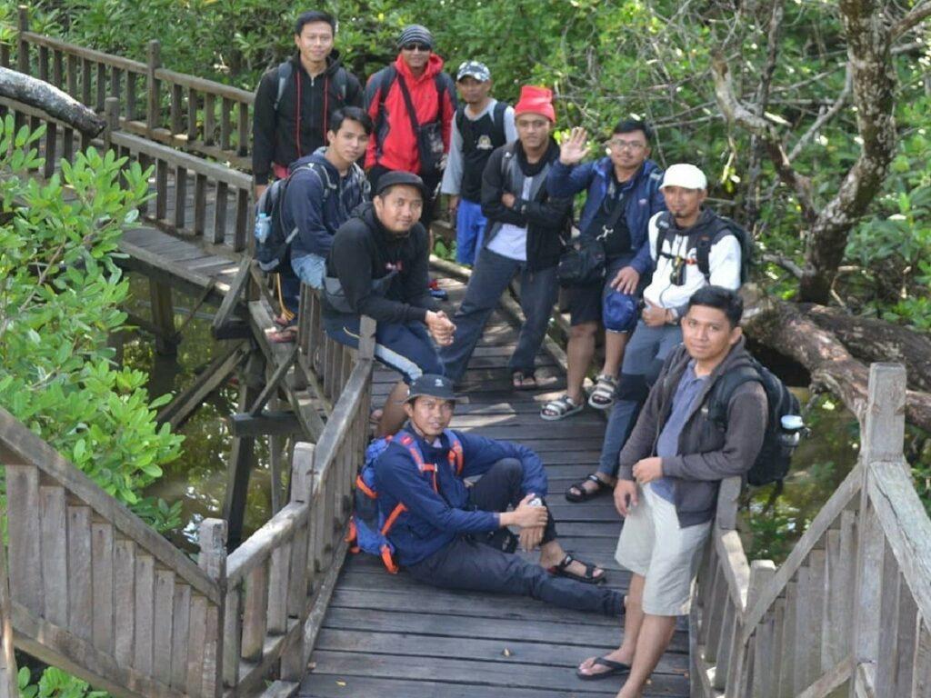 Kawasan mangrove dengan jalan jembatan kayu