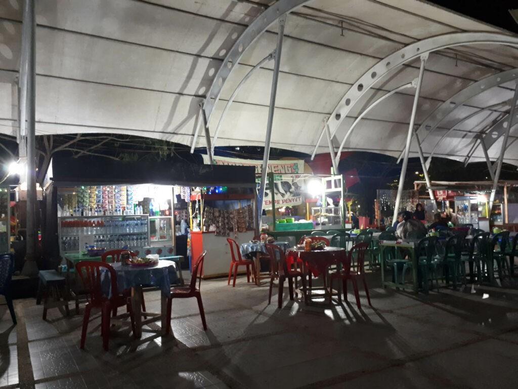Deretan kios penjaja makanan di sekitar Taman Edukasi