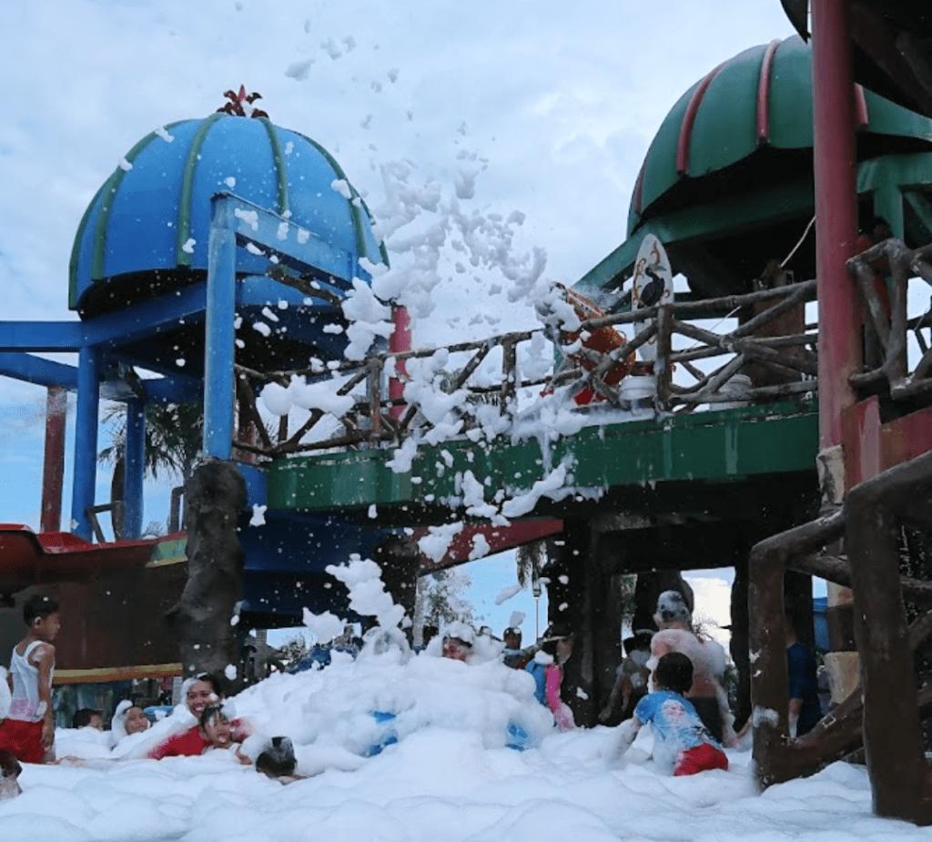 Wahana mandi salju dengan busa-busa