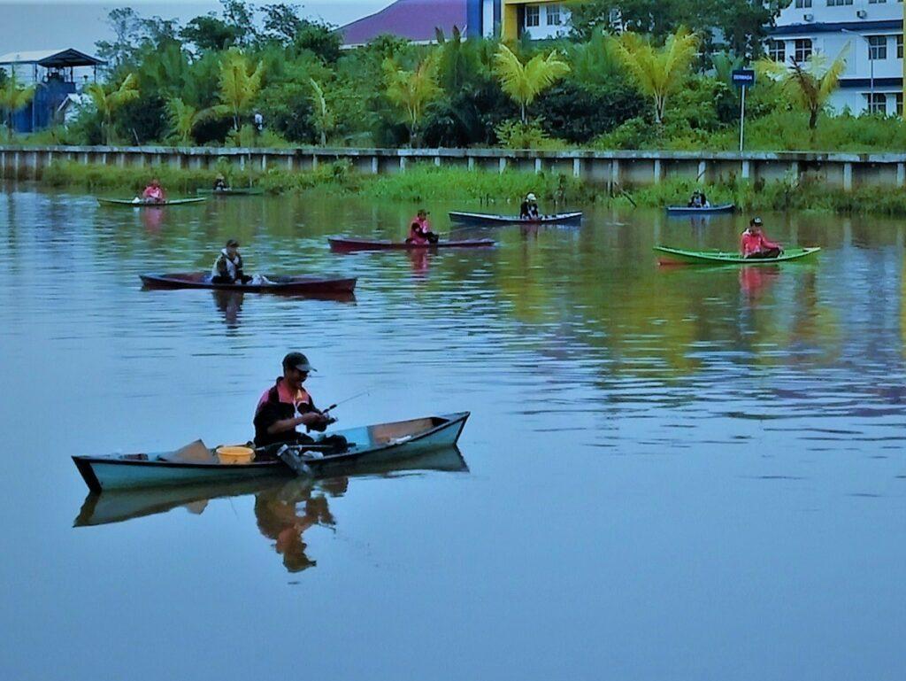 memancing di aliran sungai yang mengalir di tepi taman