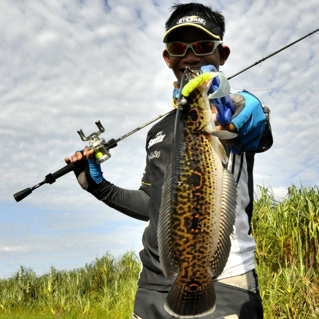 aktivitas memancing ikan di danau